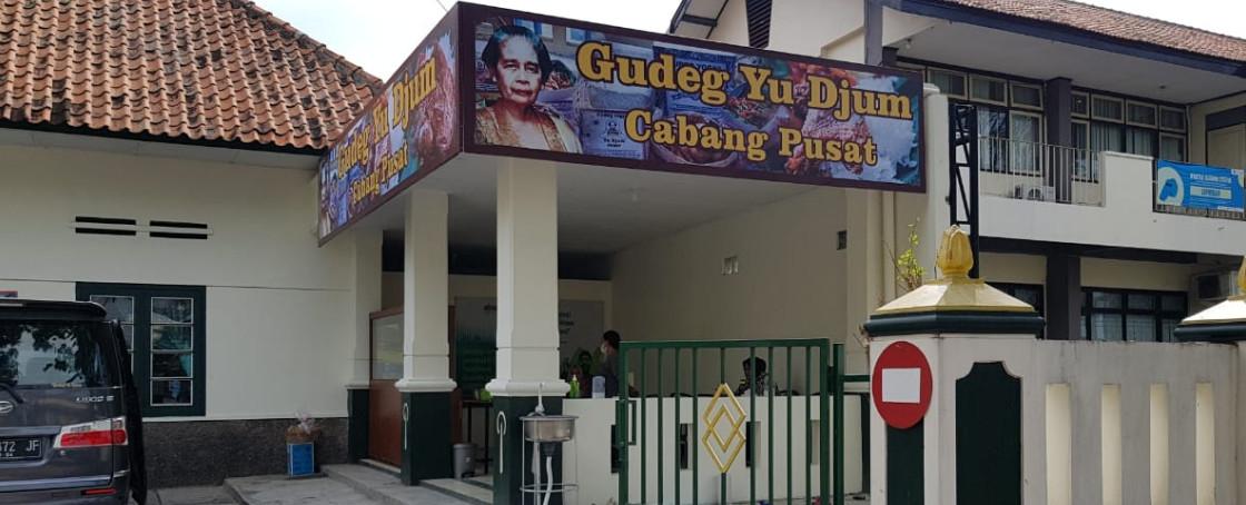 gudeg-yu-djum-pusat-slide-gembira-loka
